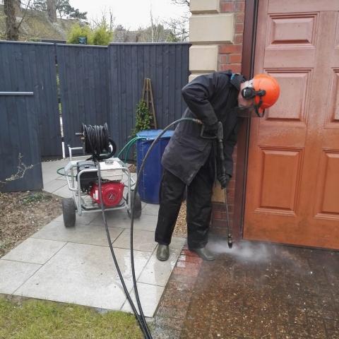 Pressure washing and jet washing